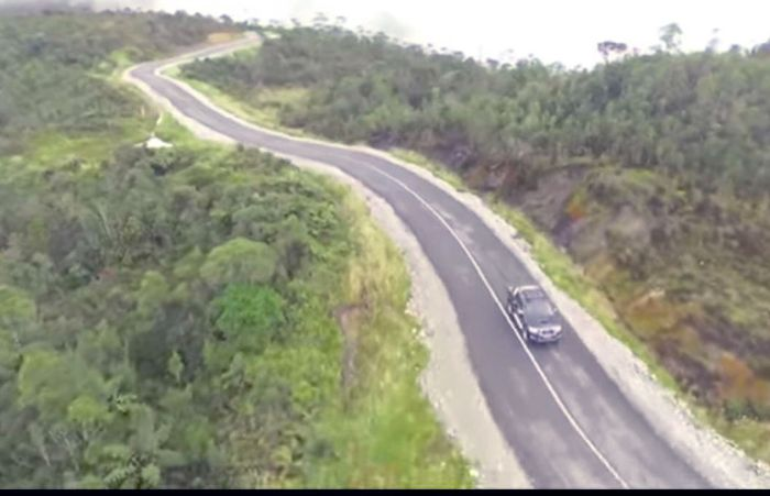 Jalan Trans Papua membentang sepanjang 4.330 km, dari Provinsi Papua Barat hingga Provinsi Papua. Pembangunan dilakukan mulai dari Sorong di Provinsi Papua Barat hingga Batas Provinsi Papua yang total panjangnya 1.070,62 km, dan disambung lagi dari Batas Provinsi Papua Barat hingga Merauke yang total panjangnya 3.995 km. (Dok. Kementerian PUPR)