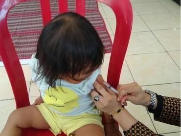 Nggak takut ya anak ini melihat jarum suntik. (Foto: Instagram/ @usimamira)