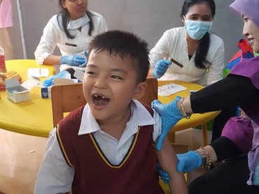 Hmm, gimana ekspresi anak yang satu ini, Bun? He he he. (Foto: Instagram/@romauly09)