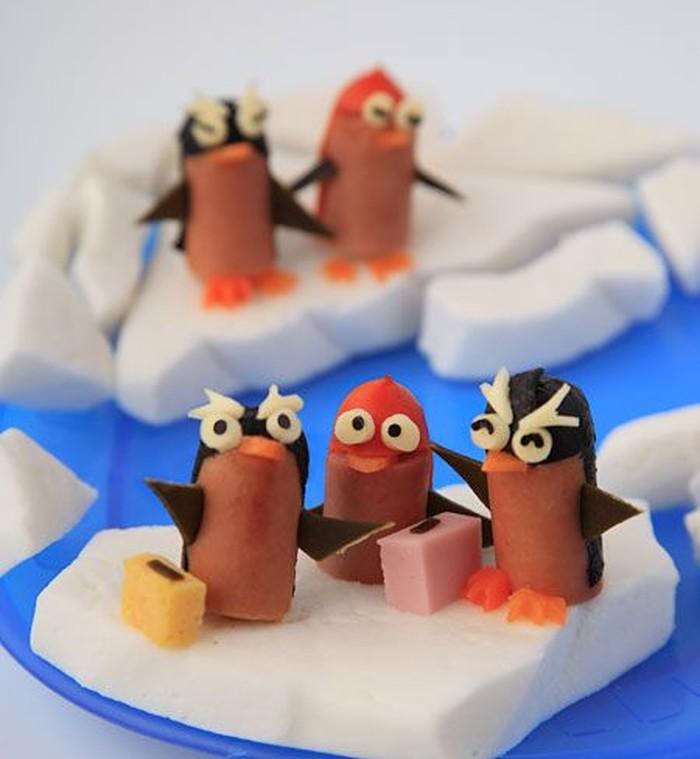 Sosis dibentuk mirip penguin dengan tambahan hiasan nori, keju dan wortel. Penguin sosis ini bisa jadi pelengkap bento anak. Tapi jangan lupa sajikan sayur juga yah!
