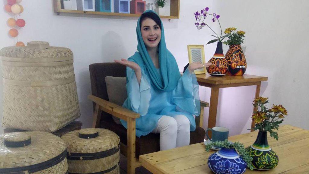 Cantiknya Arumi Bachsin Berkebaya Putih di Nikahan Anak Presiden Jokowi