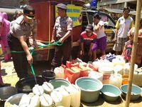 Kapolres Trenggalek ikut serta membantu menyalurkan air