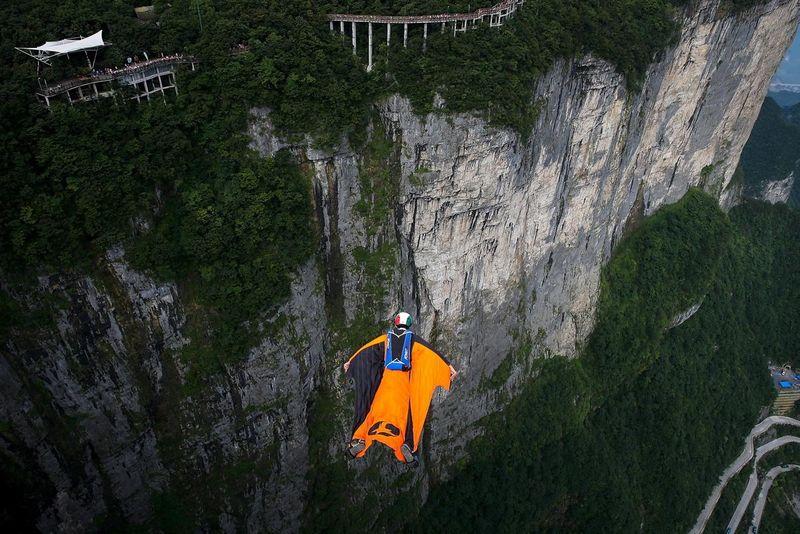 Ajang tahunan yang super seru digelar di Kota Zhangjiajie di China, yaitu World Wingsuit Championship. Kejuaraan Dunia Wingsuit ini sudah keenam kalinya digelar. Pesertanya berasal dari berbagai negara di dunia (Wang He/Getty Images)