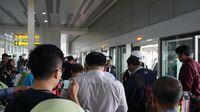 Antrian penumpang yang menunggu giliran menaiki skytrain
