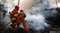 Aksi Heroik Petugas Damkar Padamkan Api