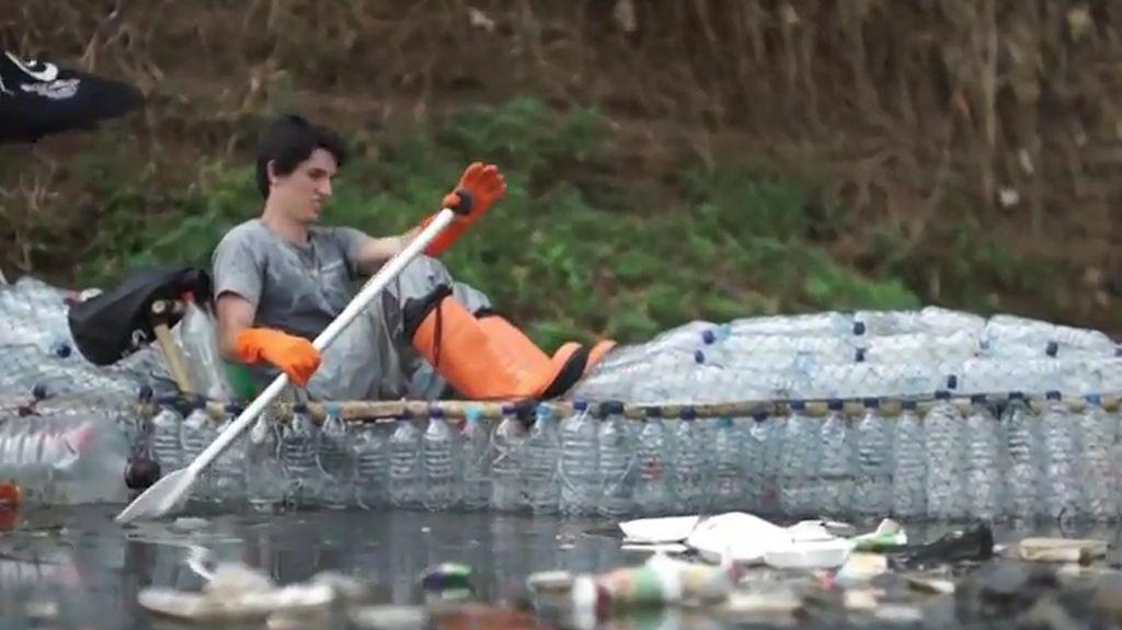 2 Bule Bersihkan Sampah Citarum Pakai Kayak dari Botol Plastik