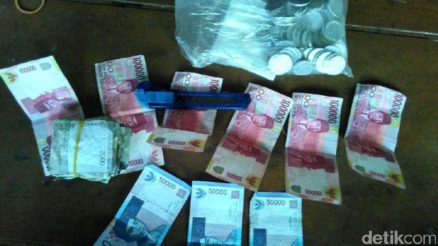 Dalam waktu empat hari mereka mendapatkan uang sebanyak Rp 1,2 juta