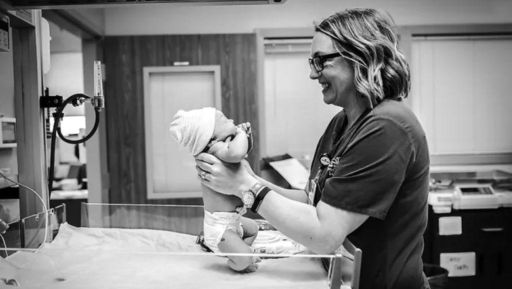 Foto: Potret Hebat Para Perawat Saat Membantu Proses Persalinan