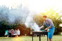 Berencana Bikin BBQ Ular, Wajah Pria Ini Malah Dipatok Ular Berbisa