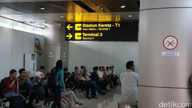 Di sini tersedia airport helper sebelum memasuki peron