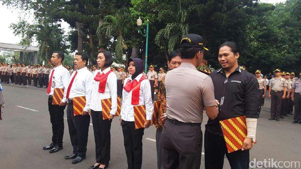 Kapolda Metro Jaya beri penghargaan ke warga yang menangkap penjahat.