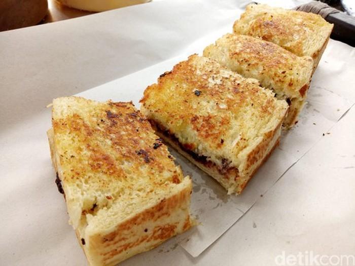 Ini roti bakar klasik yang biasanya ada di kaki lima. Pakai roti dengan permukaan bergerigi, isiannya ada selai, cokelat, kacang, keju, pisang dan lainnya.