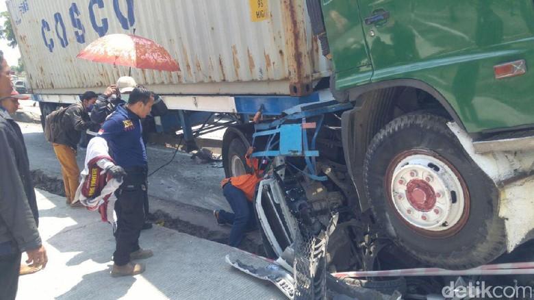 Truk Kontainer Gilas Mobil di Semarang, Sopir Masih Terjepit