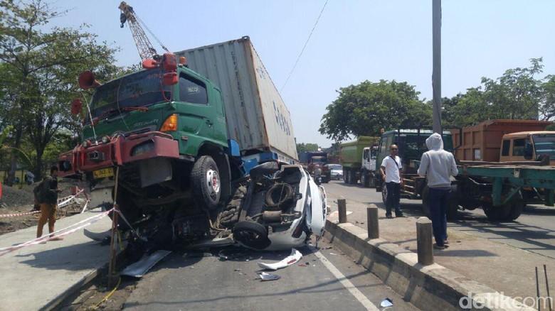 Kecelakaan Truk Kontainer Gilas Mobil di Pantura Semarang