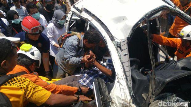 Proses evakuasi sopir mobil di kecelakaan di Pantura Semarang.