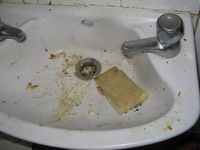 Wastafel yang kotor seperti tak berpenghuni.