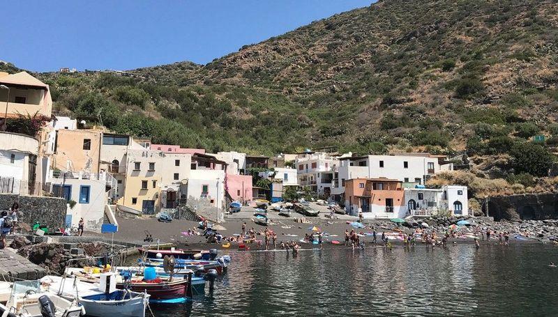 Hal mengerikan itu terjadi di Kepulauan Aeolian, Italia.Salah satu pulaunya, yakni di Pulau Sicily yang alamnya sungguh indah pernah dihancurkan oleh aktivitas gunung berapi selama ribuan tahun lalu (Dok. CNN Travel)