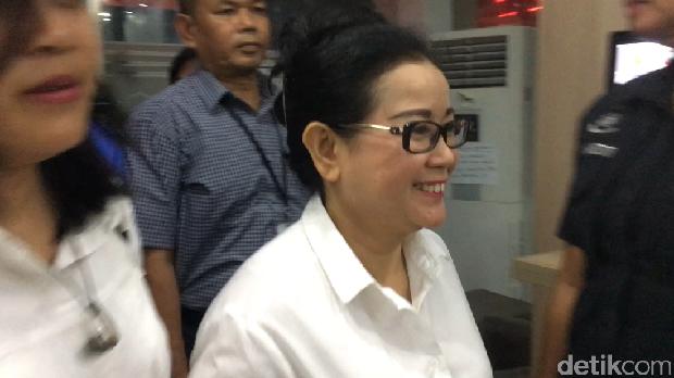 Miryam S Haryani yang mengenakan kemeja putih tiba di Mapolda Metro Jaya.