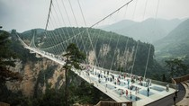 Foto: Jembatan Kaca Terpanjang & Tertinggi di Dunia