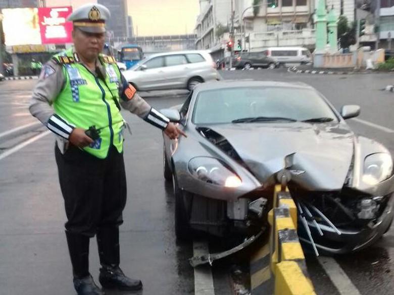 Bruuk! Sedan Aston Martin Tabrak Separator Busway di Harmoni