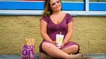 Suka Banget Fast Food Siswa SMA Ini Berfoto Tahunan dengan Makanan McDonald