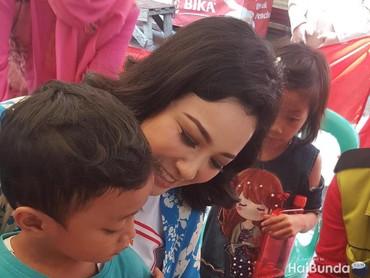 Eits ini bukan sesi tanda tangan lho Bun. Ini menandakan kalau si kecil sudah vaksinasi. Yeay!