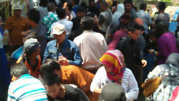 Pengunjung percaya air bekas cucian kelambu makam Pangeran Samudro membawa berkah.