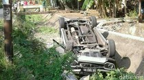 Kecelakaan Mobil Terjun dan Terbalik ke Dalam Parit di Kebumen