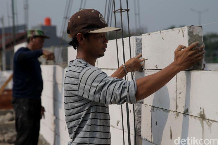 Pekerja tengah menyelesaikan pembangunan perumahan di kawasan Bintara Jaya, Bekasi, Jawa Barat, Kamis (21/9/2017).