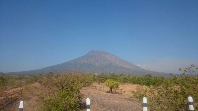 Gunung Agung tampak dari kejauhan (Dok. BNPB)