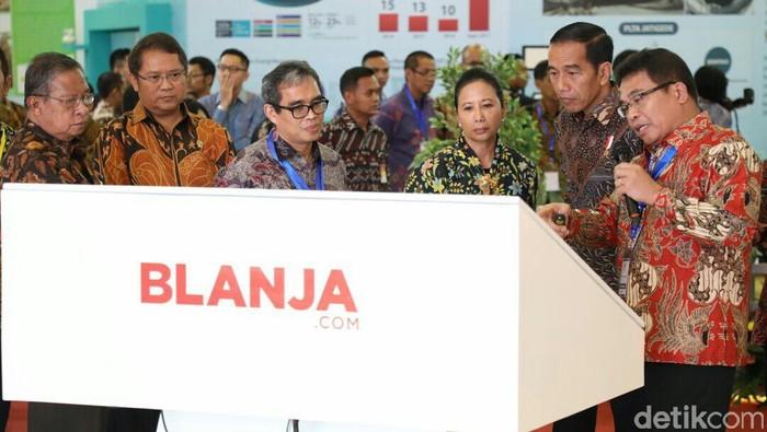 Direktur Utama Telkom Alex J. Sinaga memberi penjelasan pada Presiden Joko Widodo bersama Menteri BUMN Rini M. Soemarno , Menko Perekonomian Darmin Nasution, dan Menteri Kominfo Rudiantara.