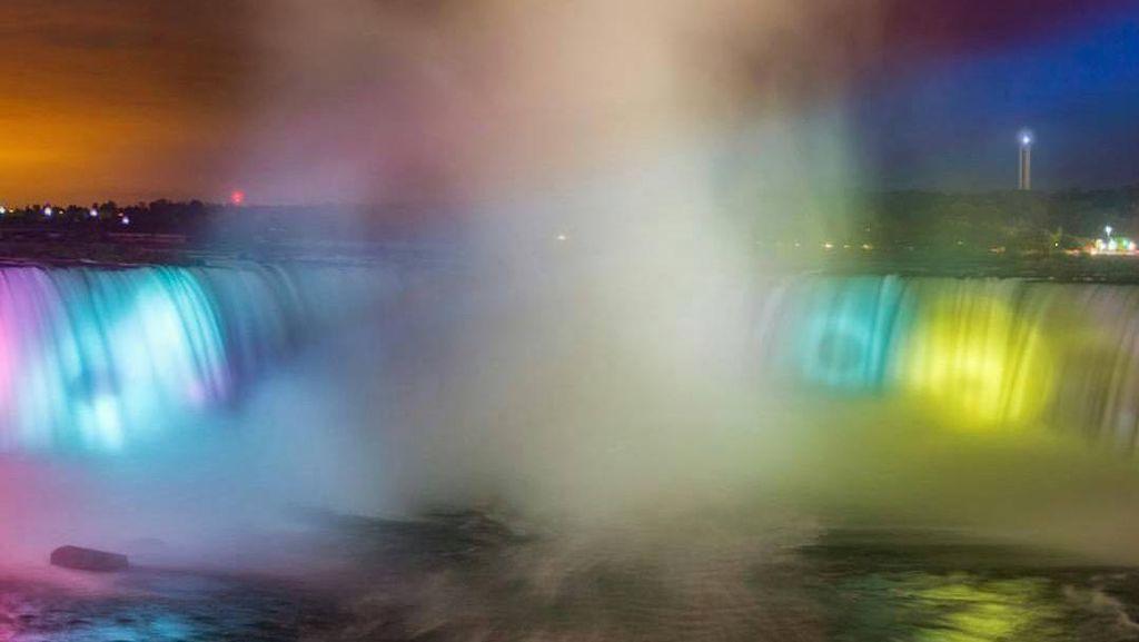 Foto: Air Terjun yang Berwarna-warni Kala Malam
