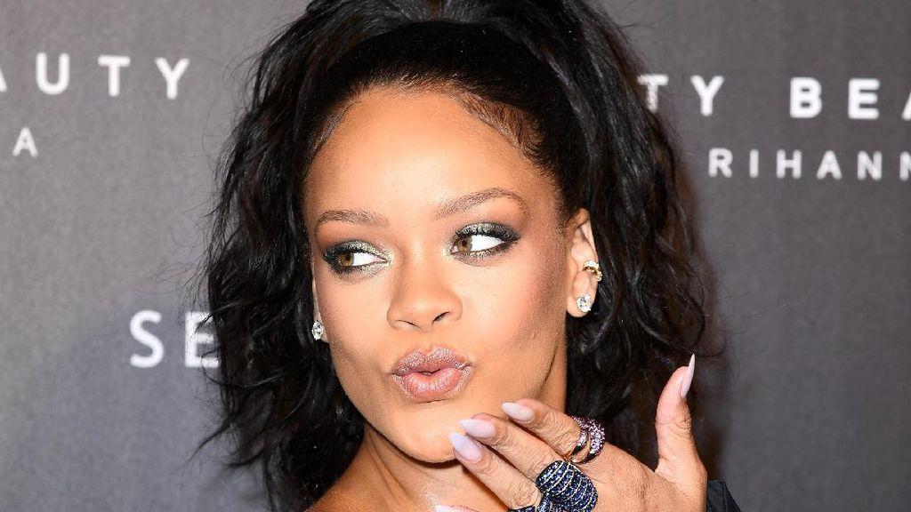 Pamer Cincin Berlian, Rihanna Sudah Tunangan dengan Pengusaha Arab?