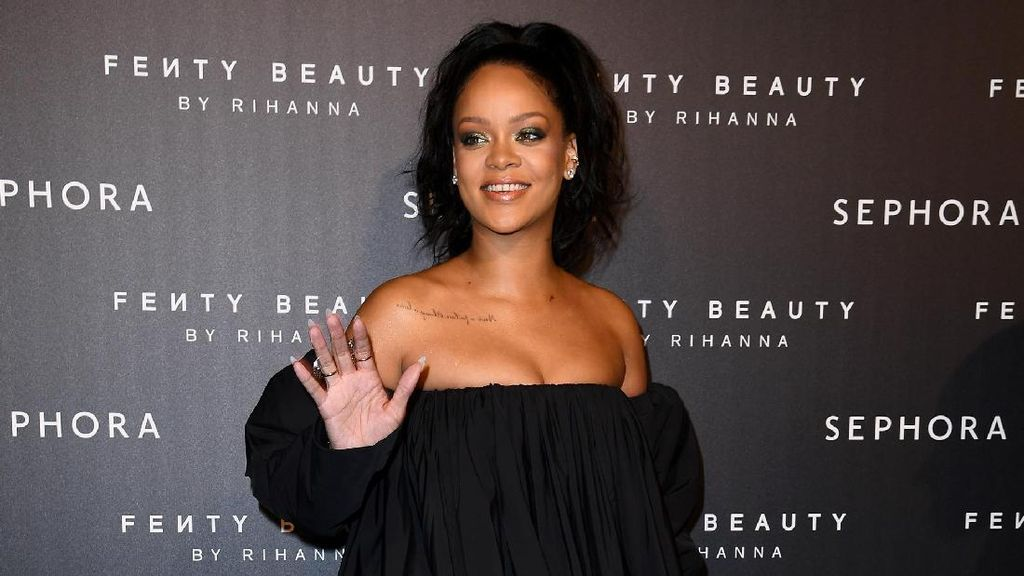 Rihanna Pamer Kaus Kaki Rp 18 Juta, Seperti Apa?
