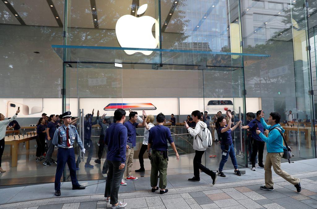 Para fanboy di Jepang mendatangi Apple Store tepatnya di pusat belanja Omotesando.(Foto: Reuters)