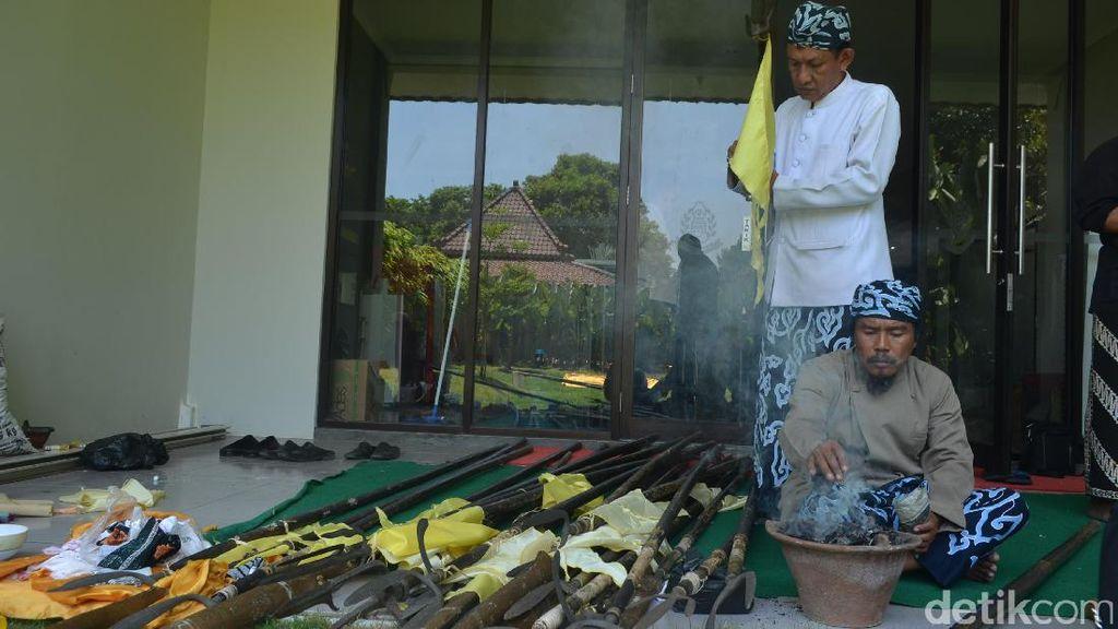 Foto: Keraton Kasepuhan Cirebon Mandikan  1.000 Pusaka