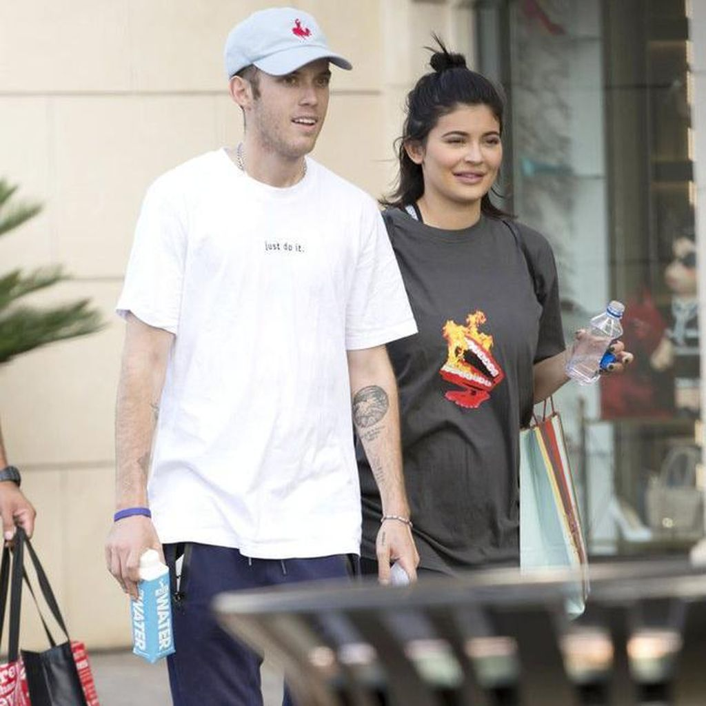 Tak Ikut Foto Keluarga, Kylie Jenner Sembunyikan Kehamilan?