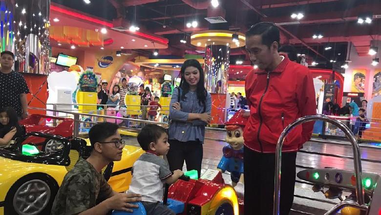 Jokowi Main ke Mal Bersama Cucu di Kelapa Gading