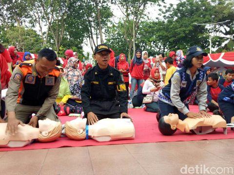 Satpol PP dan Linmas turut praktek bantu serangan jantung/