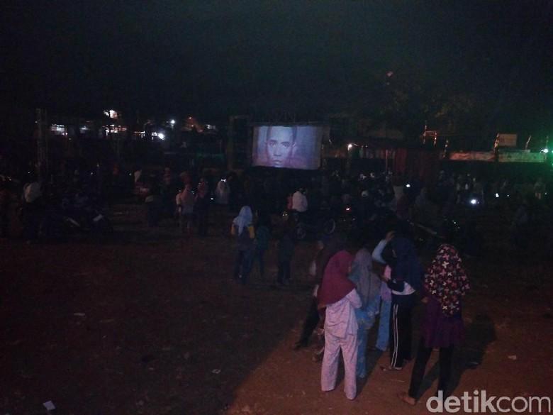 Seribuan Warga Cibatu Garut Nobar Film G30S/PKI di Alun-alun