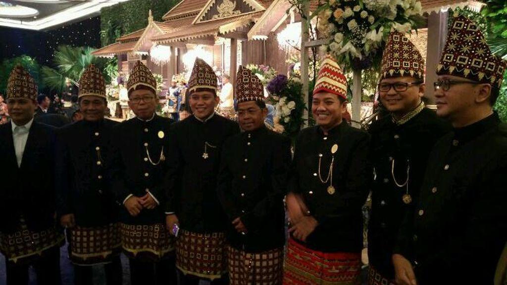 Saat Sekjen Partai Menerima Tamu di Pernikahan Putra Ketua MPR