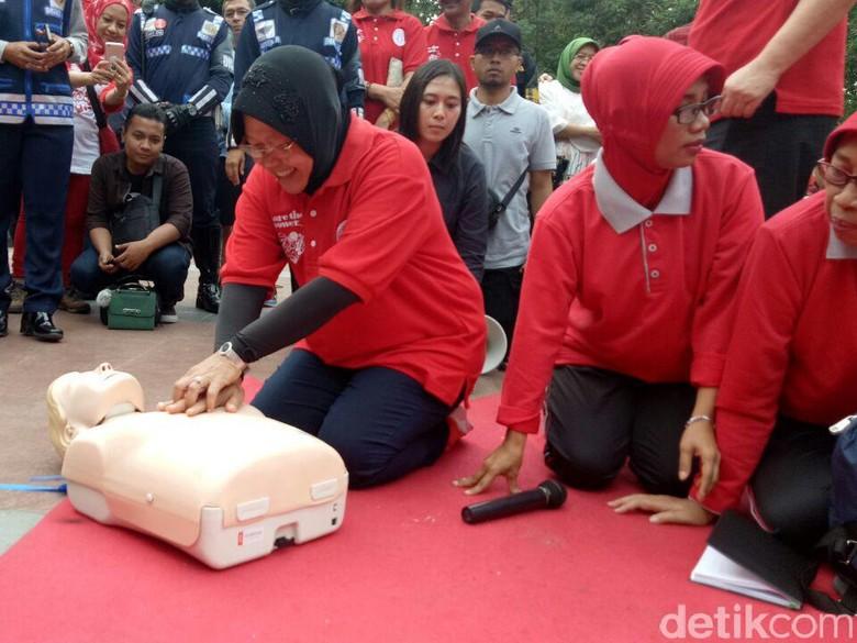 Risma Ajak Warga Praktek Menolong Korban Serangan Jantung