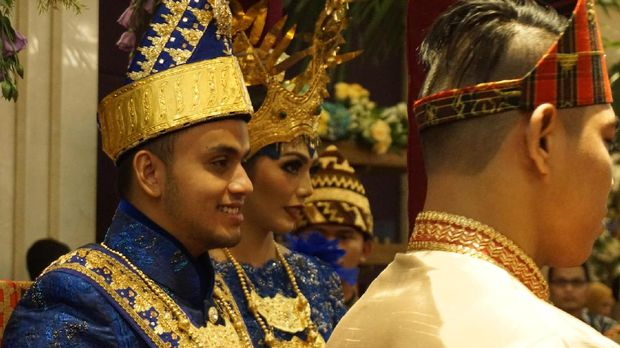 Jokowi dan Iriana disambut oleh para among tamu yang sebagian besar adalah politikus PAN. Seperti diketahui, Zulkifli merupakan Ketum PAN.
