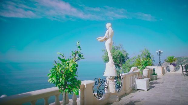 Terlihat persis dengan patung di video musik Lady Gaga.