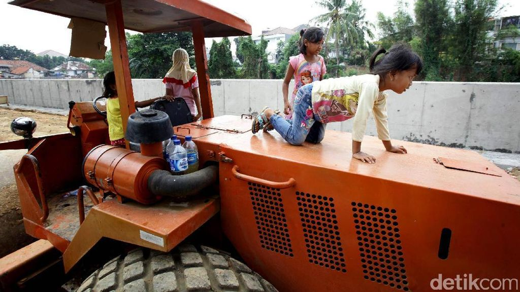 Ada Bahaya Mengintai Saat Anak-anak Bermain di Lahan Proyek