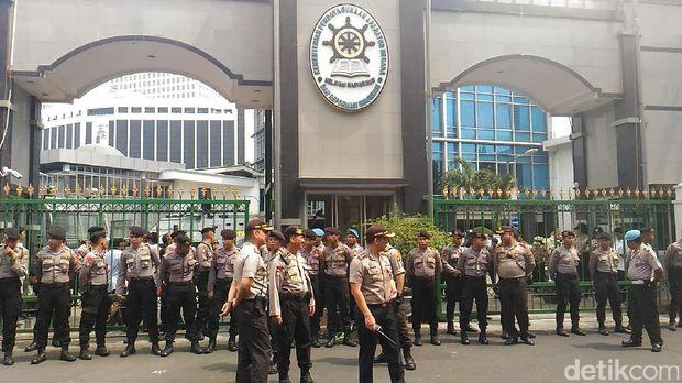 Petugas kepolisian mengamankan jalannya demo tersebut