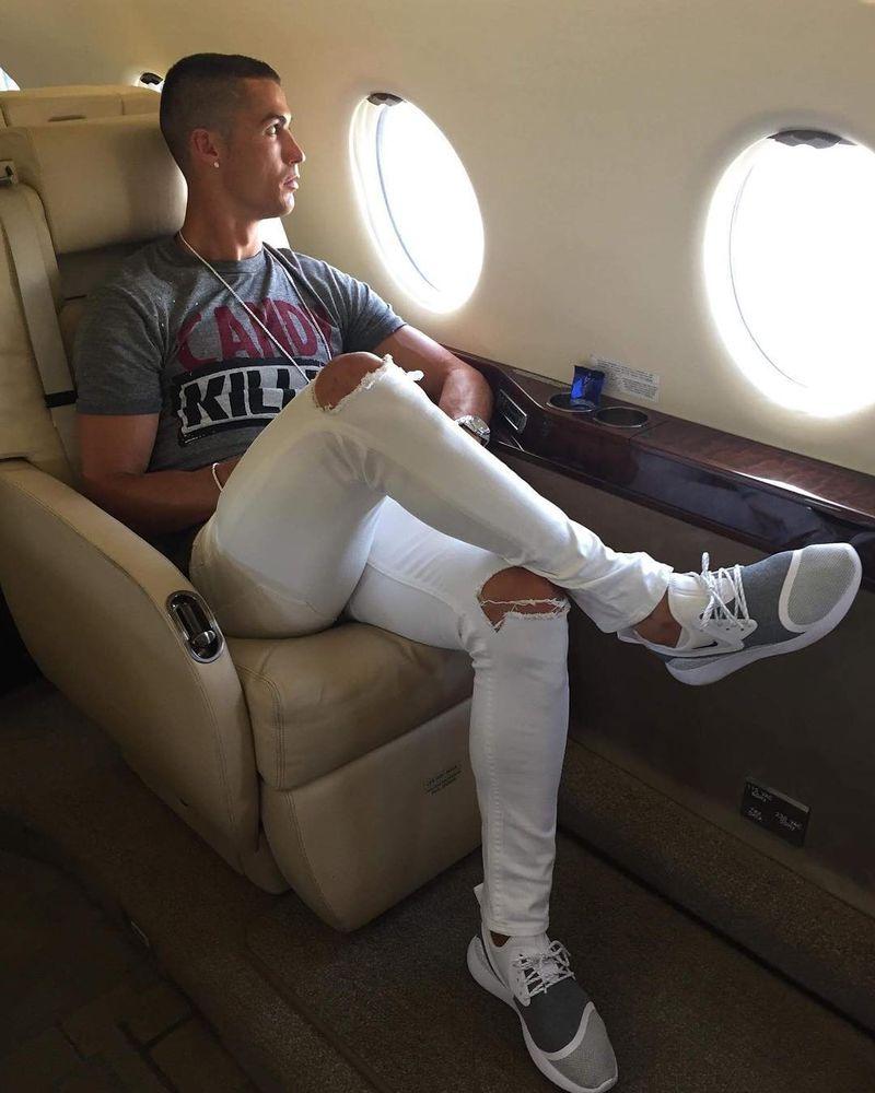 Cristiano Ronaldo punya pendapatan selangit, mencapai puluhan Miliar dalam sebulan. Wajar jika gaya hidupnya mewah. CR7 bahkan punya pesawat jet pribadi, Gulfstream G200 (Instagram/@cristiano)