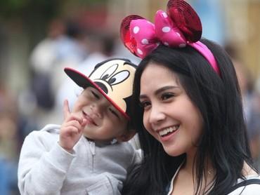 Dua-duanya menggemaskan saat kompak pakai aksesori Mickey dan Minnie Mouse. (Foto: Instagram @raffinagita1717)