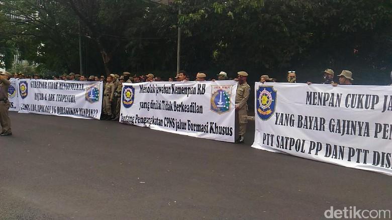 Tuntut Status PNS, Satpol PP dan Dishub DKI Demo KemenPAN-RB