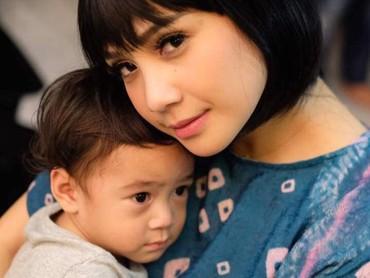 Berambut pendek, Mama Gigi terlihat makin imut. (Foto: Instagram @raffinagita1717)